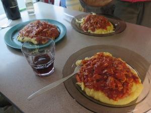 feines essen bei beatrice und laura im campervan (polenta mit gemuese-tomatensauce und frisch geriebenem kaese)